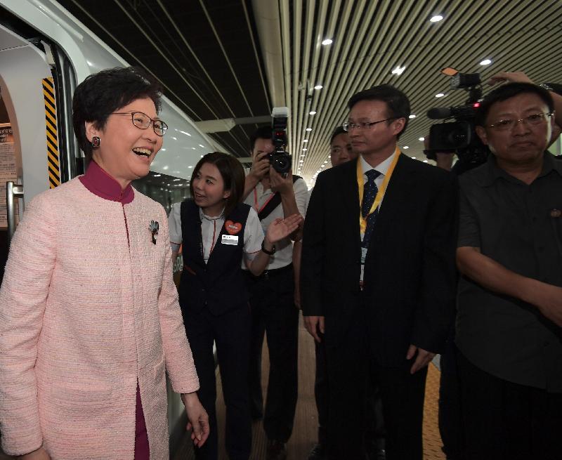 行政長官林鄭月娥(左一)今日(九月二十二日)乘坐「動感號」列車抵達廣州南站。