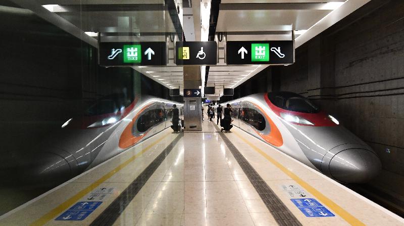 廣深港高速鐵路香港段今日(九月二十三日)開始營運,首班列車(車次G5736)以深圳北站為終點,上午七時由香港西九龍站開出。