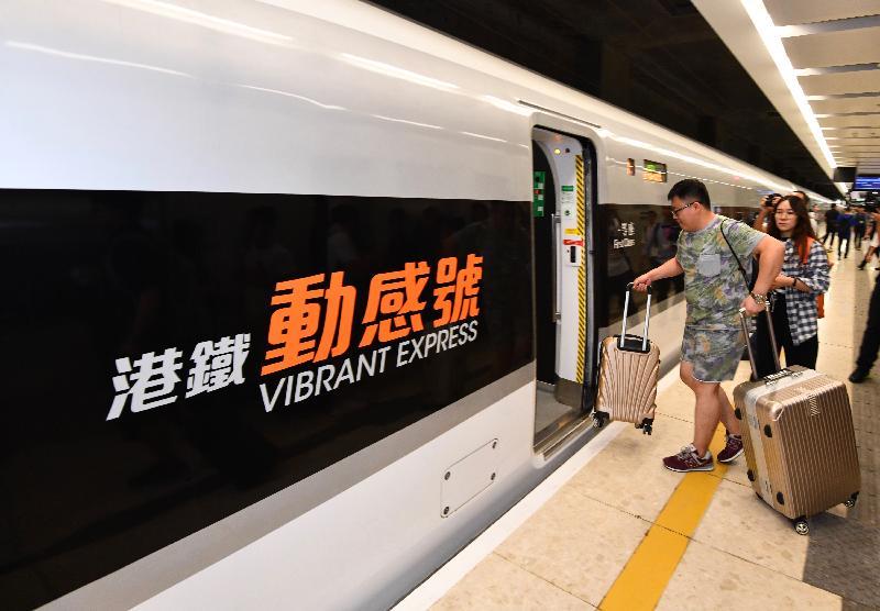 廣深港高速鐵路香港段今日(九月二十三日)開始營運,首班列車(車次G5736)以深圳北站為終點,上午七時由香港西九龍站開出。圖示乘客登車。