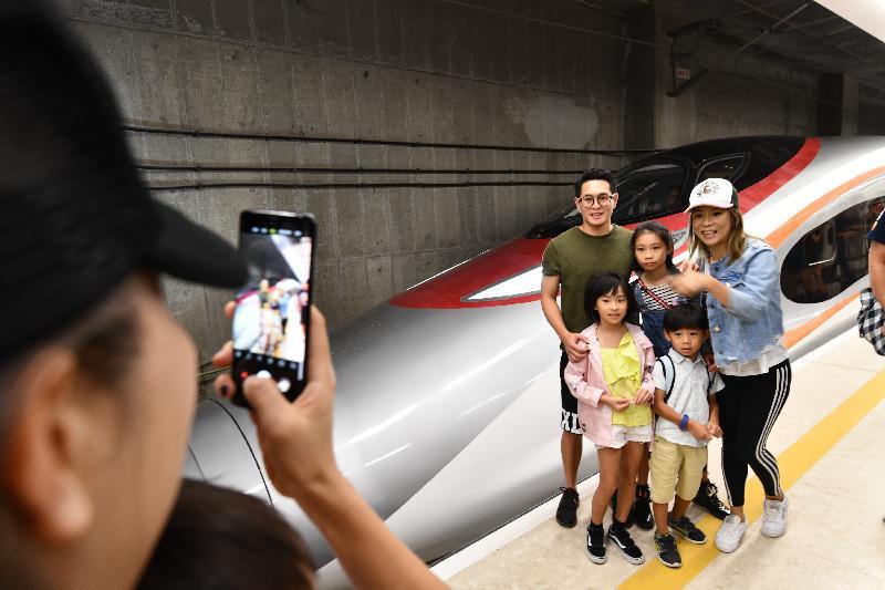 廣深港高速鐵路香港段今日(九月二十三日)開始營運,首班列車(車次G5736)以深圳北站為終點,上午七時由香港西九龍站開出。圖示乘客登車前合照。