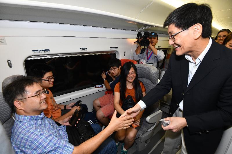 廣深港高速鐵路香港段今日(九月二十三日)開始營運,首班列車(車次G5736)以深圳北站為終點,上午七時由香港西九龍站開出。圖示車上情況。