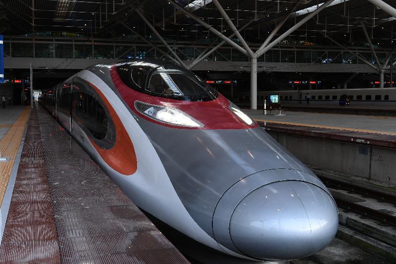 廣深港高速鐵路香港段今日(九月二十三日)開始營運,首班列車(車次G5736)以深圳北站為終點,上午七時由香港西九龍站開出。圖示列車抵達深圳北站。