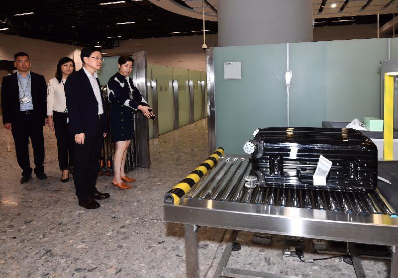 保安局局長李家超(右二)今日(九月二十三日)在高鐵西九龍站香港口岸區視察海關控制中心,了解高鐵乘客的清關安排。