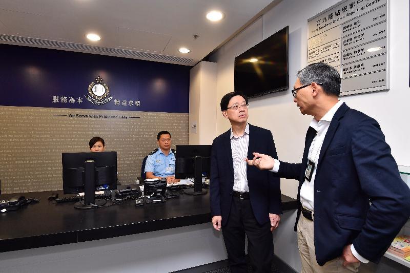保安局局長李家超(右二)今日(九月二十三日)在高鐵西九龍站香港口岸區的警察報案室聽取警務人員匯報有關維持站內治安等相關工作。