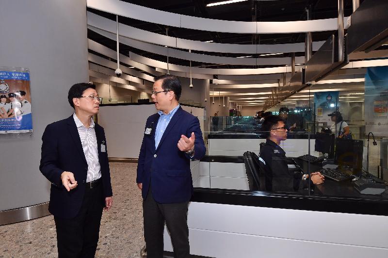 保安局局長李家超(左一)今日(九月二十三日)在高鐵西九龍站香港口岸區視察入境事務處的值勤室,並了解高鐵乘客的出入境安排。