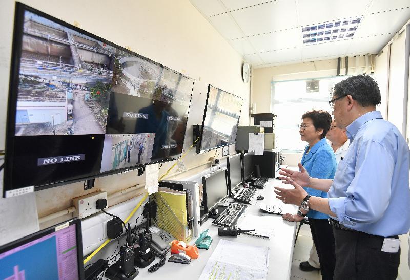 行政長官林鄭月娥(左) 今日(九月二十四日)下午在渠務署署長唐嘉鴻(右)陪同下,視察被颱風嚴重破壞的西貢污水處理廠。