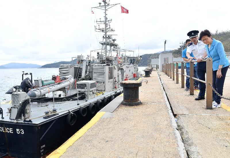 行政長官林鄭月娥(右一)今日(九月二十四日)下午視察受颱風破壞的水警東分區基地,了解基地的復修情況。