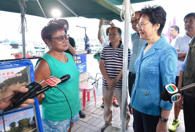 行政長官林鄭月娥今日(九月二十四日)下午到訪西貢市中心,了解市民受颱風影響的情況。
