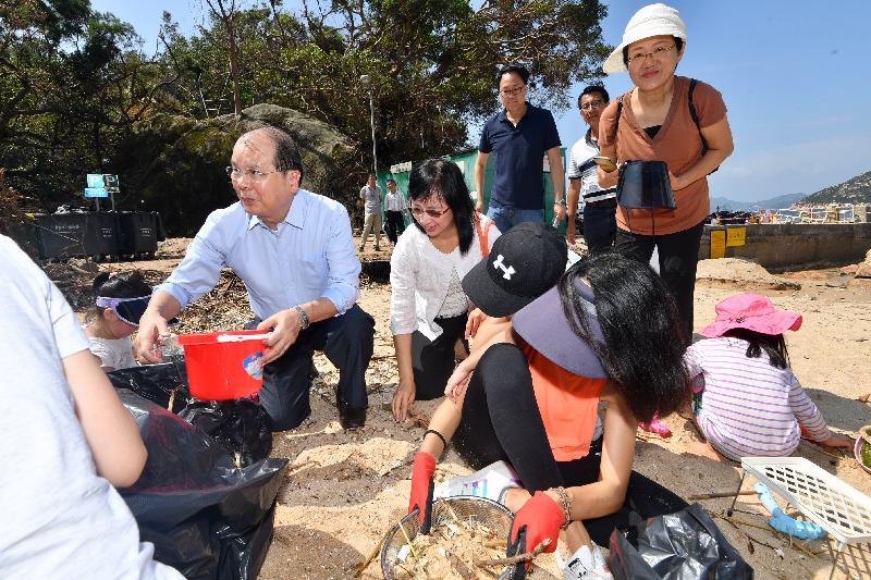 政务司司长张建宗(左一)今日(九月二十五日)和康乐及文化事务署署长李美嫦(左二)与义工于赤柱圣士提反湾泳滩清理杂物。