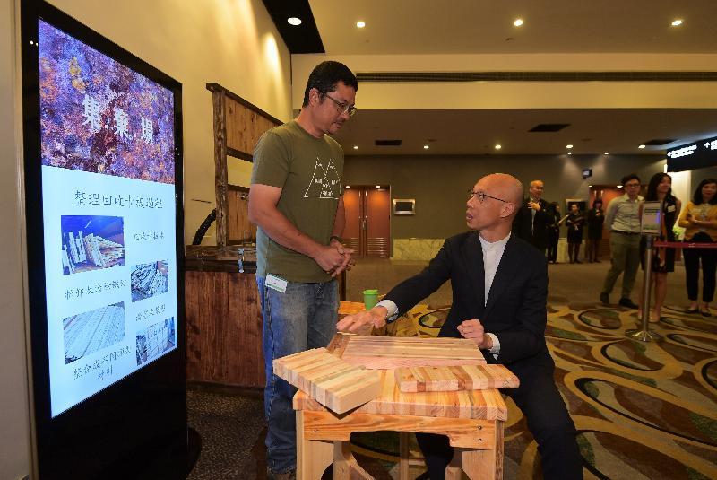 環境局局長黃錦星(右)今日(九月二十七日)參觀大型活動減廢承諾開展禮設置的環保博覽攤位。
