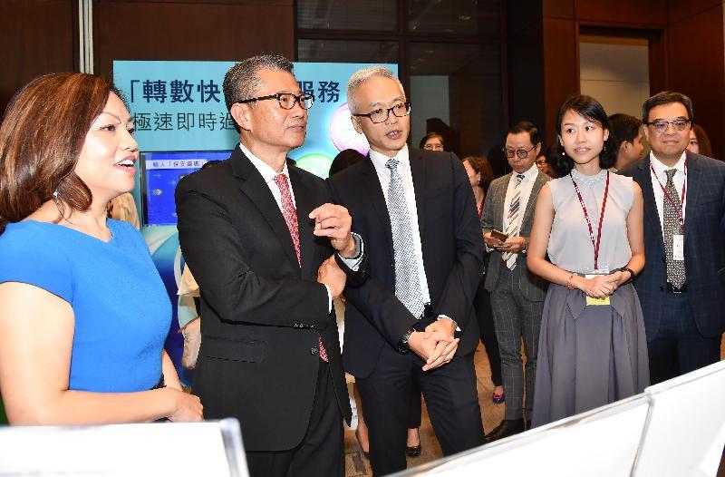 財政司司長陳茂波(左二)今日(九月二十八日)出席「轉數快」開通儀式,並參觀攤位。
