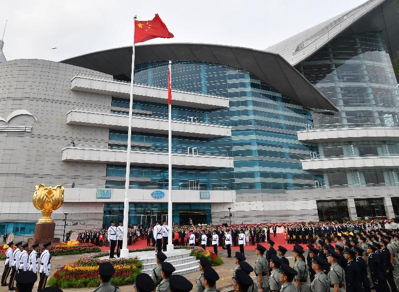 行政長官林鄭月娥、主要官員及嘉賓今早(十月一日)在灣仔金紫荊廣場出席慶祝中華人民共和國成立六十九周年升旗儀式。
