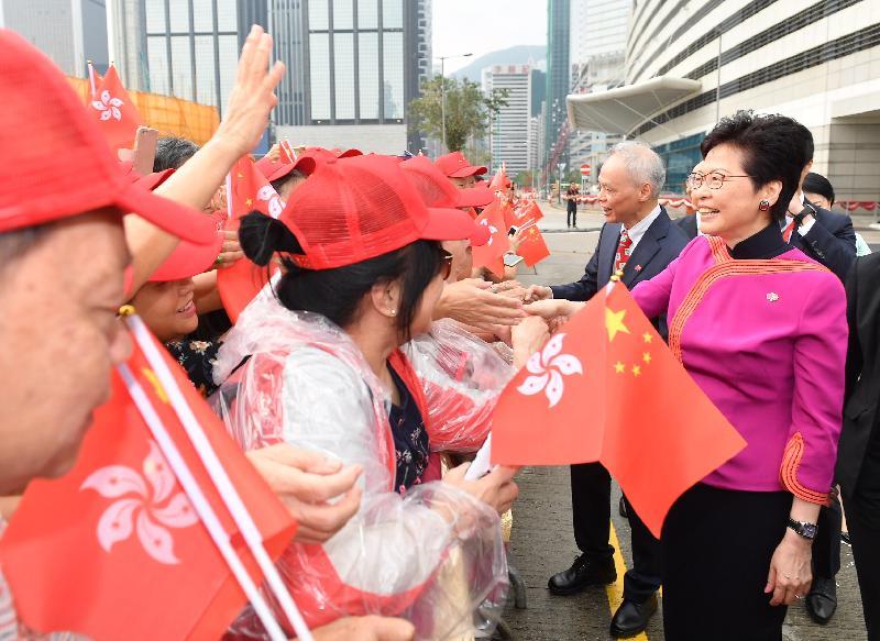 行政長官林鄭月娥(右一)今早(十月一日)在灣仔金紫荊廣場出席慶祝中華人民共和國成立六十九周年升旗儀式前與市民握手。旁為其丈夫林兆波博士(右二)。