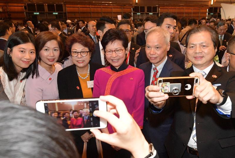 行政長官林鄭月娥今早(十月一日)在香港會議展覽中心大會堂主持慶祝中華人民共和國成立六十九周年酒會。圖示林鄭月娥(右三)在酒會上與嘉賓合照。