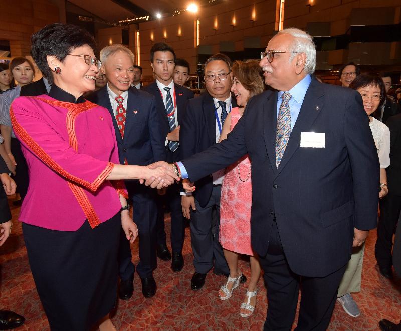 行政長官林鄭月娥今早(十月一日)在香港會議展覽中心大會堂主持慶祝中華人民共和國成立六十九周年酒會。圖示林鄭月娥(左一)在酒會上與嘉賓握手。