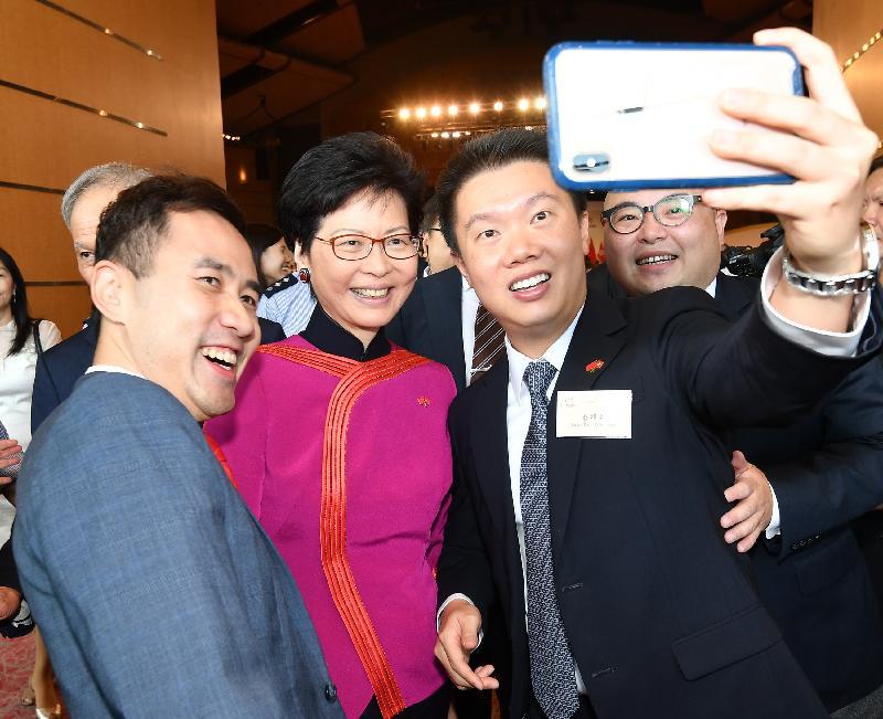 行政長官林鄭月娥今早(十月一日)在香港會議展覽中心大會堂主持慶祝中華人民共和國成立六十九周年酒會。圖示林鄭月娥(左二)在酒會上與嘉賓合照。