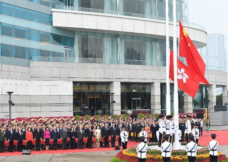 慶祝中華人民共和國成立六十九周年升旗儀式今早(十月一日)在灣仔金紫荊廣場舉行,嘉賓肅立觀看國旗及區旗徐徐上升。