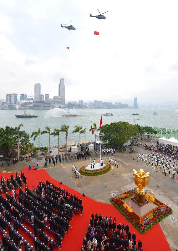 慶祝中華人民共和國成立六十九周年升旗儀式今早(十月一日)在灣仔金紫荊廣場舉行,紀律部隊及飛行服務隊在海上和空中敬禮。