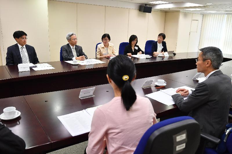 公務員事務局局長羅智光今日(十月二日)到訪衞生署衞生防護中心。圖示羅智光(左二)在公務員事務局常任秘書長周達明(左一)陪同下,與署長陳漢儀醫生(左三)及首長級人員會面,了解該署工作的最新情況。