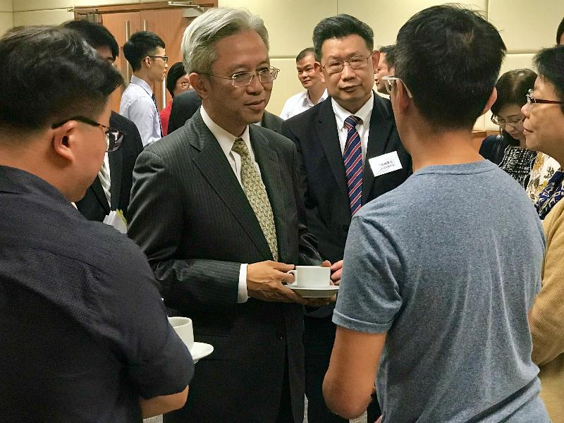 公務員事務局局長羅智光(左二)今日(十月二日)到訪衞生署衞生防護中心,與部門各職系的員工代表茶敍,就他們關注的事宜交換意見。