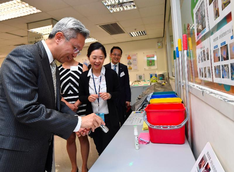 公務員事務局局長羅智光今日(十月二日)到訪衞生署衞生防護中心。圖示羅智光(左一)在模擬病房評估環境清潔的成效。