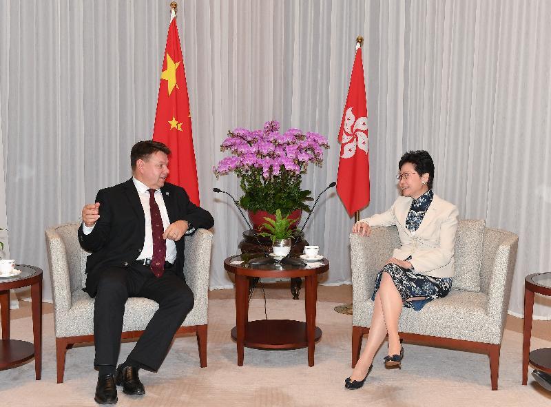 行政長官林鄭月娥(右)今日(十月三日)早上在行政長官辦公室與世界氣象組織秘書長佩特里‧塔拉斯教授(左)會面。