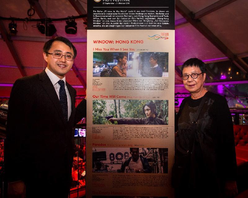 香港駐柏林經濟貿易辦事處處長李志鵬(左)及香港導演許鞍華於十月三日(蘇黎世時間)在瑞士舉行的蘇黎世電影節合照。