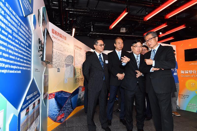財政司司長陳茂波今日(十月六日)出席「海港工情90──90周年展覽」開幕禮。圖示陳茂波(右一)在土木工程拓展署署長林世雄(右二)和其他嘉賓陪同下參觀展覽。