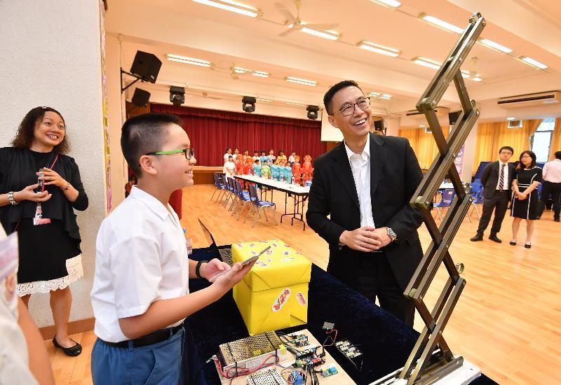 教育局局長楊潤雄(右)今日(十月八日)下午到訪沙田區,他首先探訪保良局莊啟程小學,了解學校在STEM(科學、科技、工程和數學)教育方面的發展。