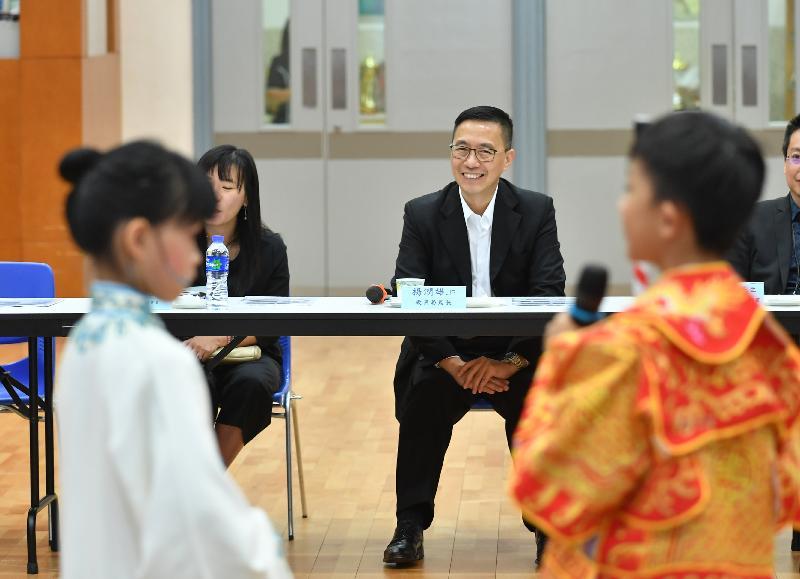 教育局局長楊潤雄(中)今日(十月八日)探訪位於沙田的保良局莊啟程小學期間,欣賞學生的粵曲表演。