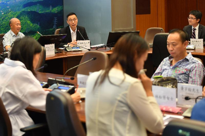 教育局局長楊潤雄(左二)今日(十月八日)到訪沙田區議會與主席何厚祥(左一)及區議員會面,就教育及其他地區事務交換意見。