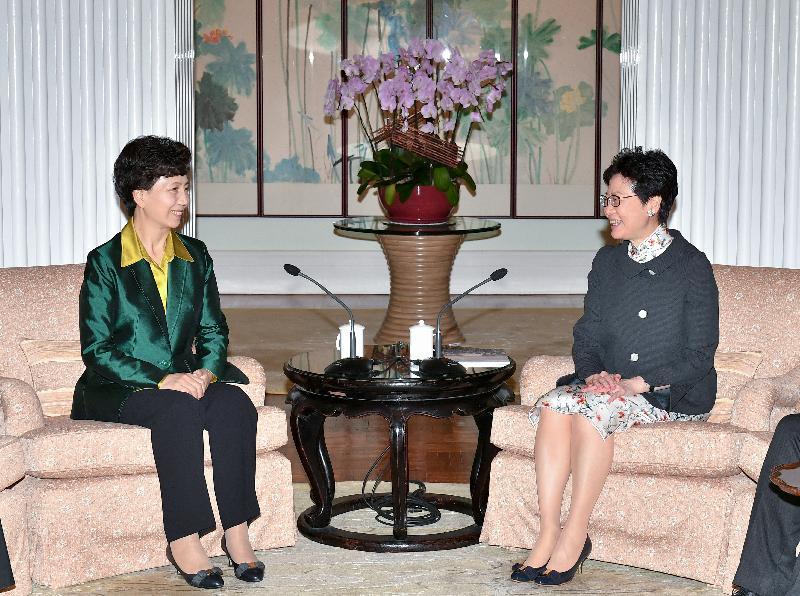 行政長官林鄭月娥(右)今日(十月九日)下午在禮賓府與貴州省省長諶貽琴(左)會面。