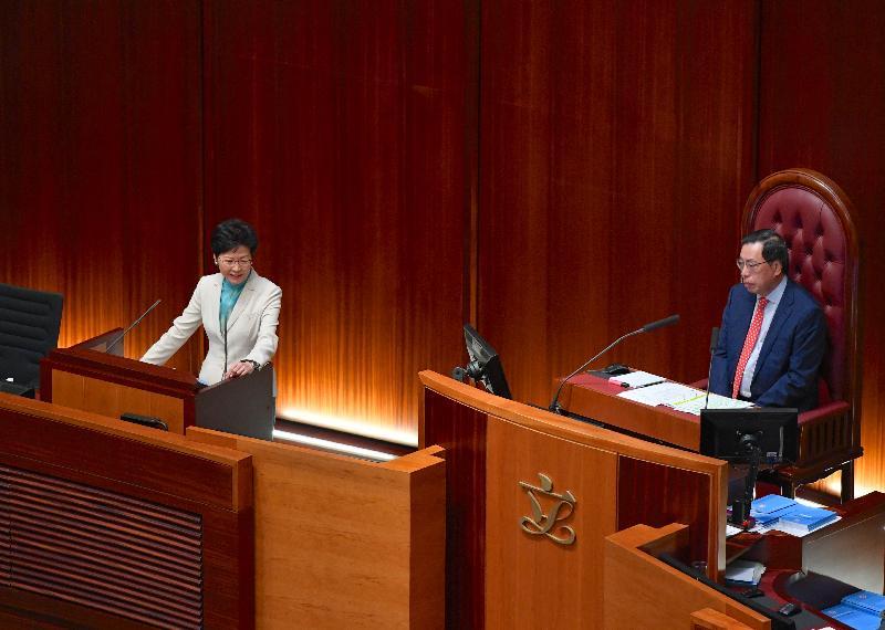 行政長官林鄭月娥(左)今日(十月十一日)在立法會出席《行政長官2018年施政報告》答問會。