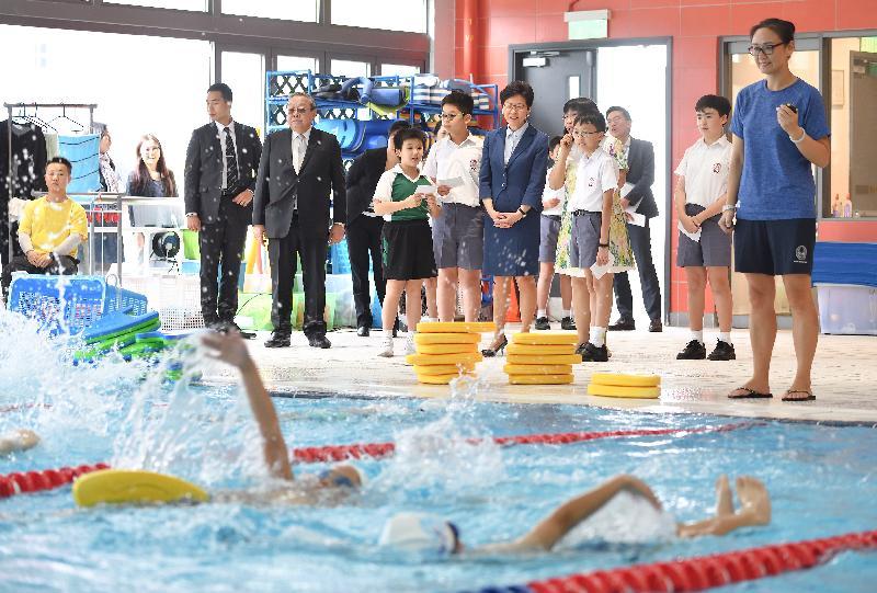 行政長官林鄭月娥今日(十月十二日)下午到訪位於深水埗的英華小學。圖示林鄭月娥(前排左五)觀看學生參加游泳練習。