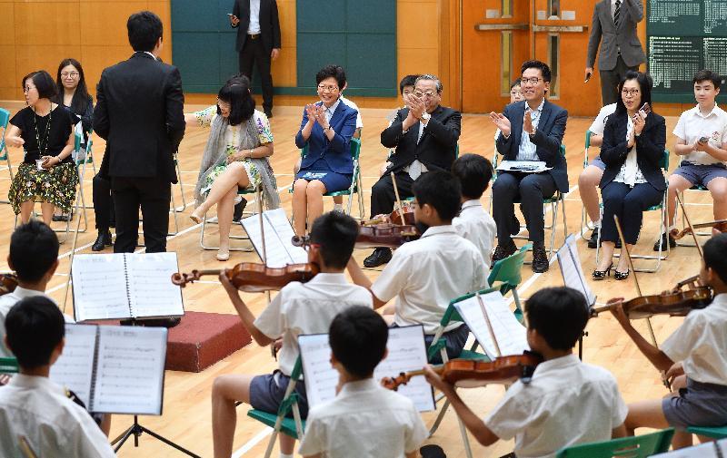 行政長官林鄭月娥今日(十月十二日)下午到訪位於深水埗的英華小學。圖示林鄭月娥(前排右四)觀賞管弦樂團表演。