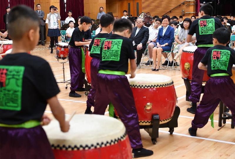 行政長官林鄭月娥今日(十月十二日)下午到訪位於深水埗的英華小學。圖示林鄭月娥(右二)觀賞中國鼓隊表演。