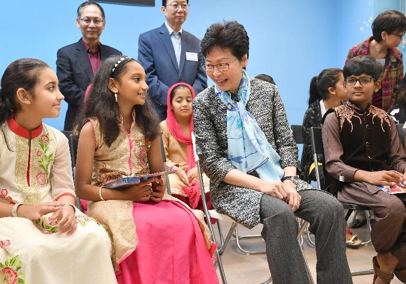 行政長官林鄭月娥今日(十月十三日)上午到訪位於葵青區的LINK少數族裔人士支援服務中心(LINK中心)探訪少數族裔人士介紹《施政報告》內支援他們的措施,並視察了首個地區康健中心的選址。圖示林鄭月娥(前排右二)與LINK中心的少數族裔兒童交談。