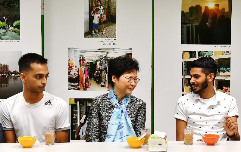 行政長官林鄭月娥今日(十月十三日)上午到訪位於葵青區的LINK少數族裔人士支援服務中心(LINK中心)探訪少數族裔人士介紹《施政報告》內支援他們的措施,並視察了首個地區康健中心的選址。圖示林鄭月娥(中)與LINK中心的少數族裔人士交談。