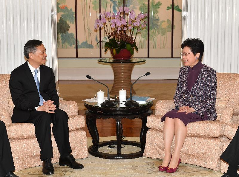 行政長官林鄭月娥(右)今日(十月十五日)上午在禮賓府與廣州市委書記張碩輔(左)會面。