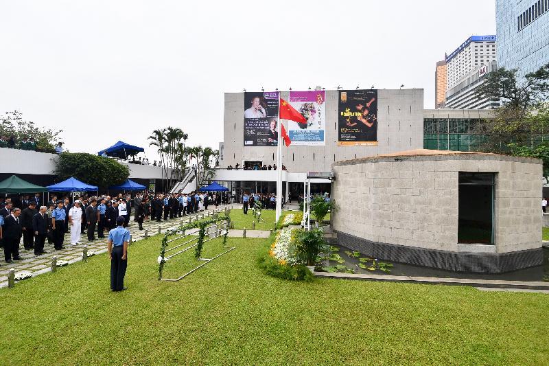 行政長官林鄭月娥(前排)今早(十月十七日)在香港大會堂紀念花園出席官方紀念儀式,悼念於一九四一至四五年間為保衞香港而捐軀的人士。圖為出席儀式人士:外交部駐香港特別行政區特派員公署特派員謝鋒(第二排左五)、中央人民政府駐香港特別行政區聯絡辦公室主任王志民(第二排左七)、中國人民解放軍駐港部隊副參謀長劉朝輝(第二排左四)、終審法院首席法官馬道立(第二排左九)、行政會議非官守議員李國章教授(第二排左十一)和立法會議員石禮謙(第二排左十二)。