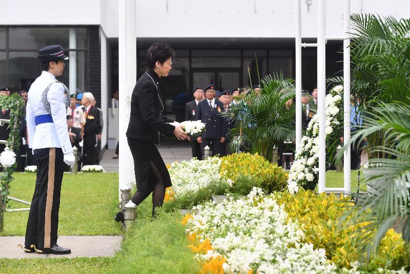 行政長官林鄭月娥今早(十月十七日)在香港大會堂紀念花園出席官方紀念儀式,悼念於一九四一至四五年間為保衞香港而捐軀的人士。圖示林鄭月娥(右)在紀念龕前致獻花圈。