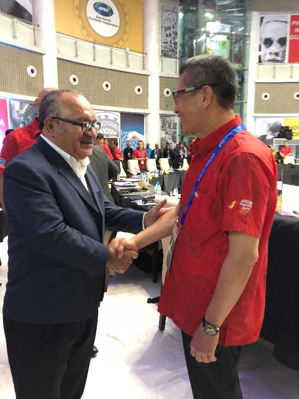 The Financial Secretary, Mr Paul Chan today (October 17) attended the Asia-Pacific Economic Cooperation Finance Ministers' Meeting in Port Moresby, Papua New Guinea. Photo shows Mr Chan (right) shaking hands with the Prime Minister of Papua New Guinea, Mr Peter O'Neill (left).