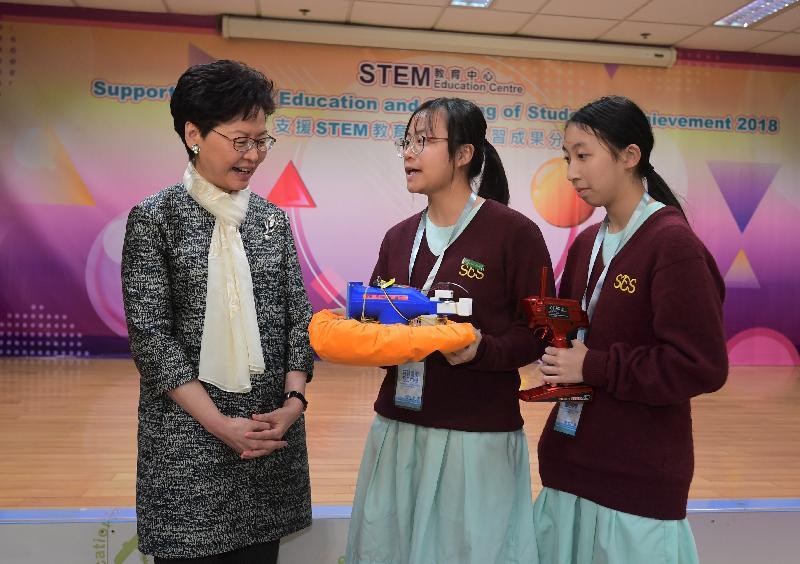 行政長官林鄭月娥今日(十月十八日)出席「STEM教育中心——支援STEM教育暨學生學習成果分享」活動。圖示參與STEM學習活動的學生向林鄭月娥(左一)介紹她們的學習成果。
