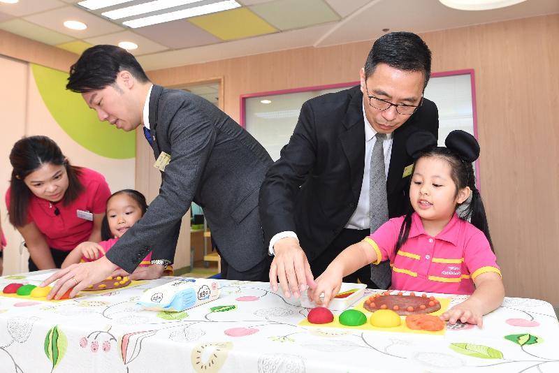 教育局局長楊潤雄(右二)今日(十月十八日)在探訪東華三院田灣(一九九六至一九九七總理)幼稚園期間,與學童一起製作黏土薄餅。
