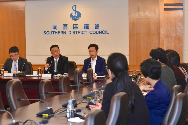 教育局局長楊潤雄(左二)今日(十月十八日)到訪南區區議會,與主席朱慶虹(左三)及區議員會面,就教育及其他地區事務交換意見。