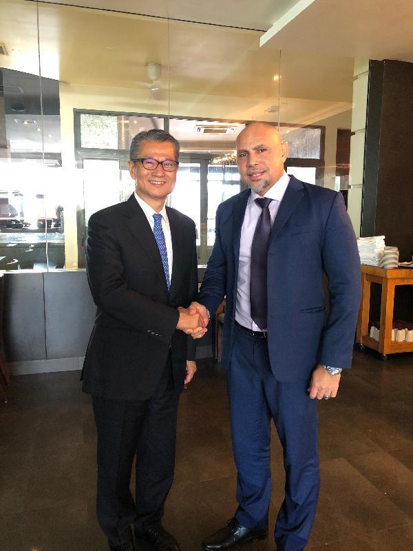 財政司司長陳茂波(左)今日(十月十八日)在巴布亞新幾內亞莫爾斯比港會晤巴布亞新幾內亞副總理兼國庫部長查爾斯‧埃布爾(右)。