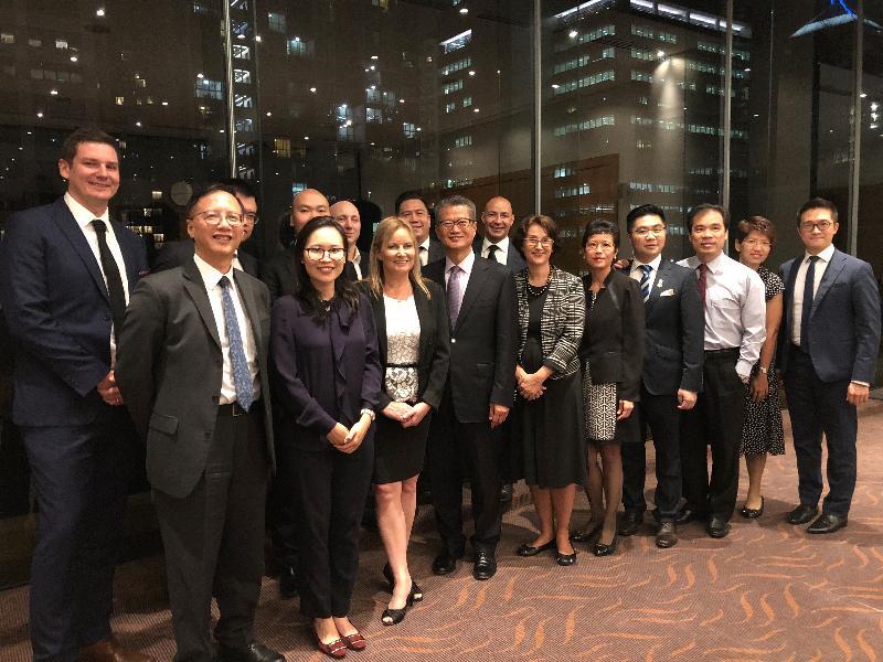 財政司司長陳茂波(前排左四)今日(十月十八日)在澳洲布里斯本與當地商界代表會面。香港駐悉尼經濟貿易辦事處處長范偉明(前排左一)亦有出席。