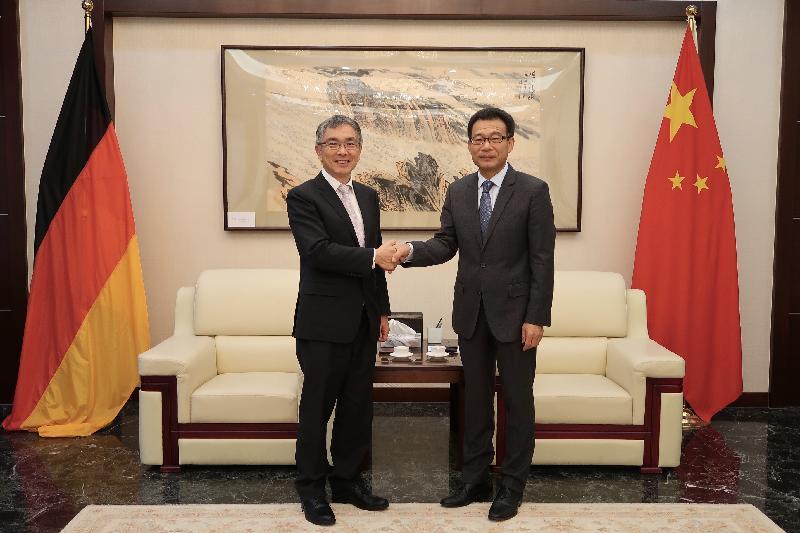 財經事務及庫務局局長劉怡翔(左)十月二十三日(法蘭克福時間)禮節性拜會中國駐法蘭克福總領事王順卿(右)。