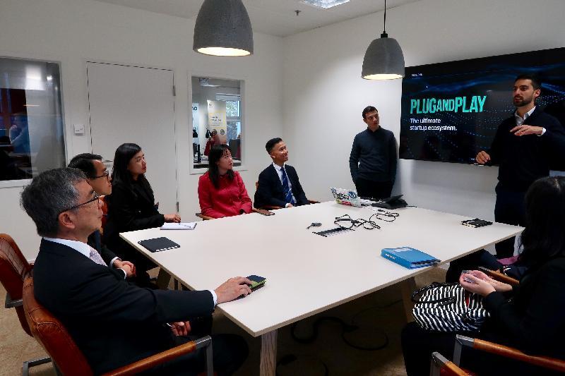 財經事務及庫務局局長劉怡翔(左一)十月二十三日(法蘭克福時間)參觀專門培育科技初創企業的Plug and Play金融科技中心,聽取公司管理層介紹他們的加速器計劃。