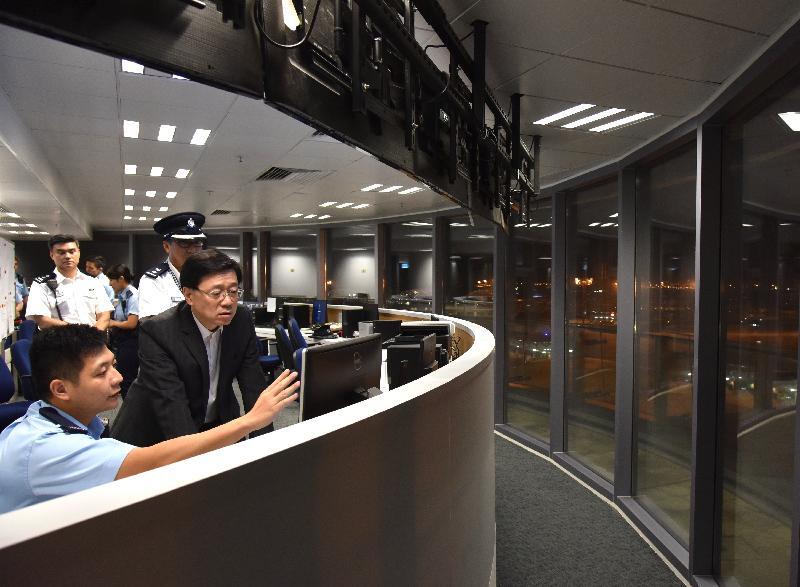 保安局局長李家超(右一)今日(十月二十四日)視察港珠澳大橋香港口岸的警察基地,了解有關的警務工作。